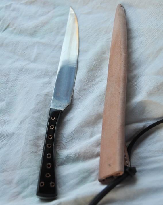 Couteau avec manche en corne rivets tubulaires avec fourreau en cuir longueur 24 cm Réf.: Reen. o.: 1564h  Prix 45 €