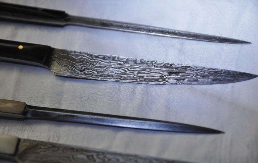 Couteau en os ou corne avec pique les lames sont damassées et le fourreau est en cuir longueur 18 cm  réf Art.No.: VM000229  Prix 129 €