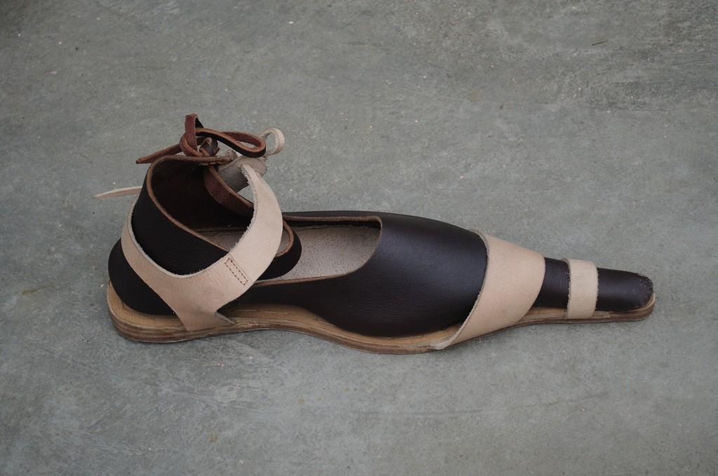 Poulaines XIV-XVème cuir brun foncé ou naturel + Socques cuir : 145 euros