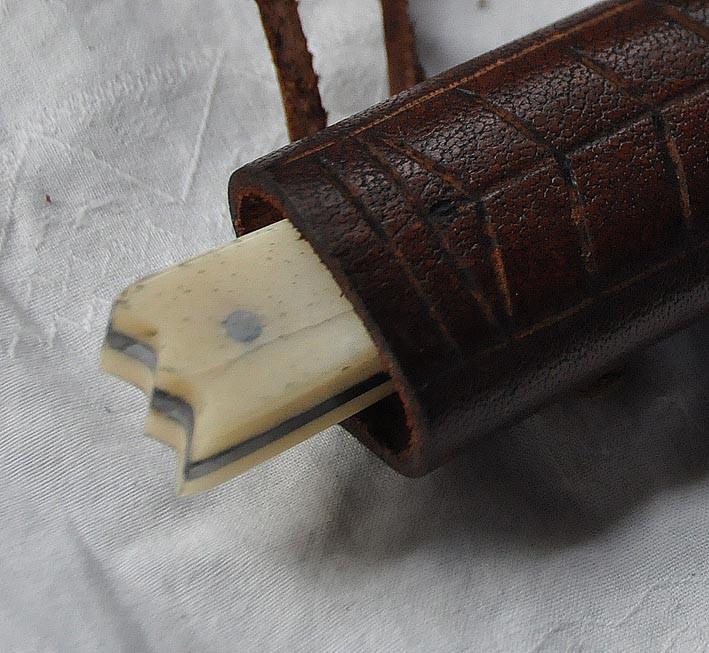 Couteau en os avec fourreau en cuir repoussé longueur 18 cm Réf: Ree. No.: 1213 Prix: 50 €