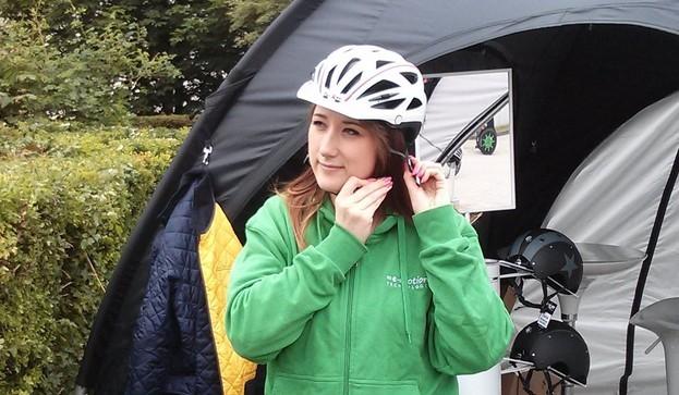 Sicher mit dem e-Bike und einem Helm unterwegs