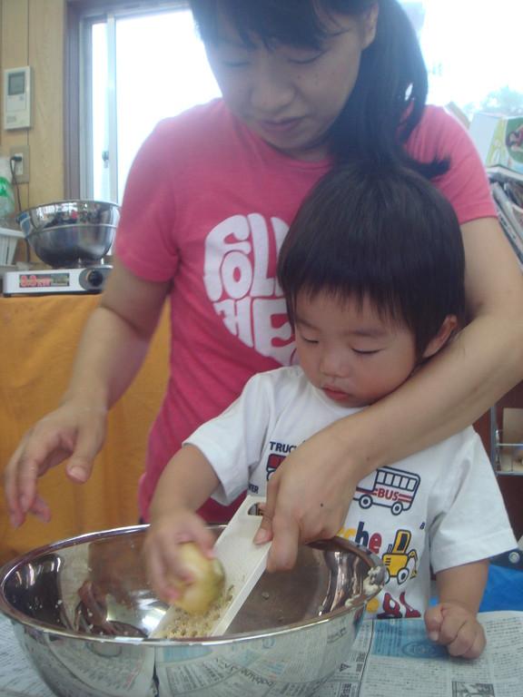 収穫したじゃがいもを使って チヂミ作り