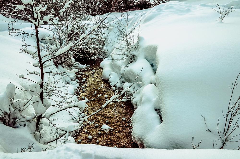 Schnee und Bach