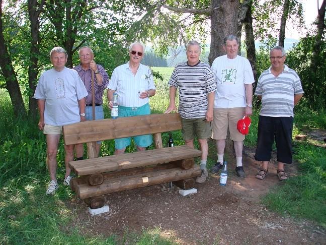 Die Korbacher Wanderfreunde nach dem Aufstellen der Ruhebank an der Silberkuhle