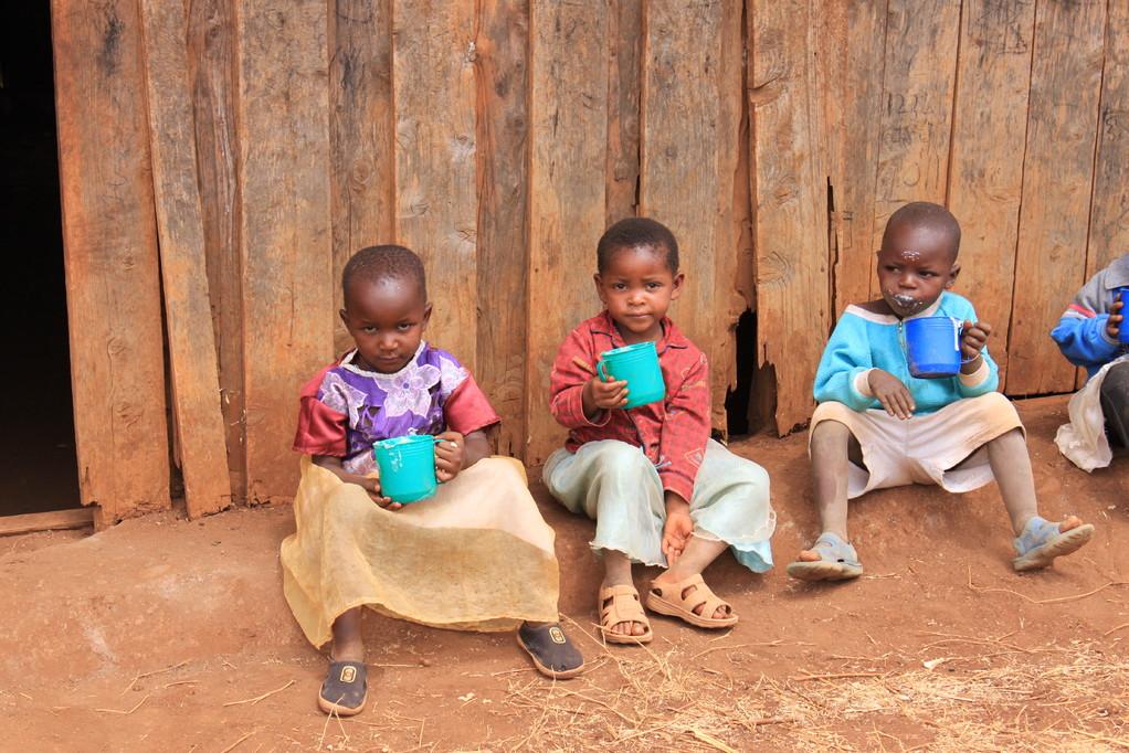 Die Kinder der Enduet Primary School beim Mittagessen
