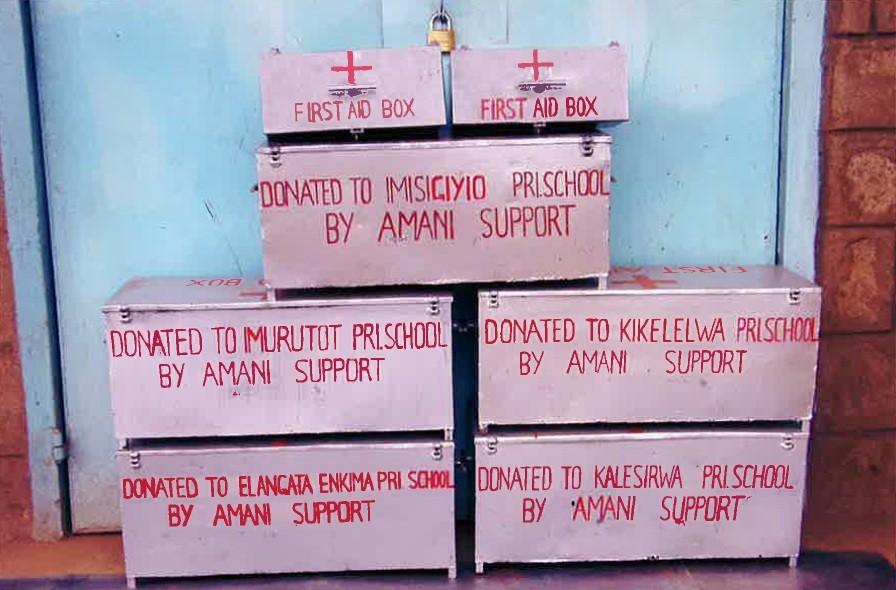 Um medizinische Erstversorgung gewährleisten zu können, wurde jede Schule mit einer Erste-Hilfe-Box ausgestattet