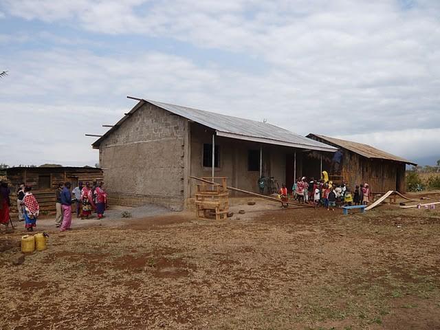 Der Bau des neuen Schulgebäudes (Enduet Primary School)
