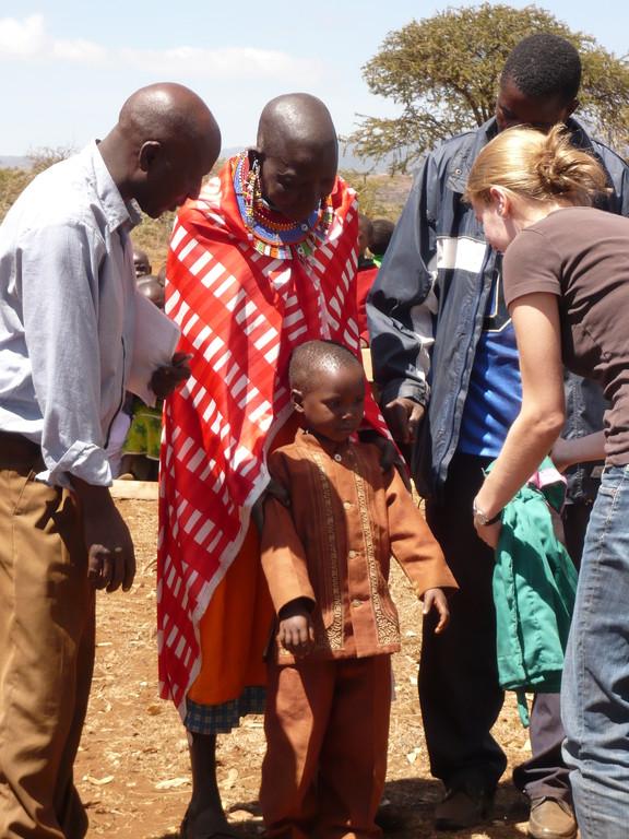 Deshalb verteilt Amani jedes Jahr Uniformen an die ärmsten Familien