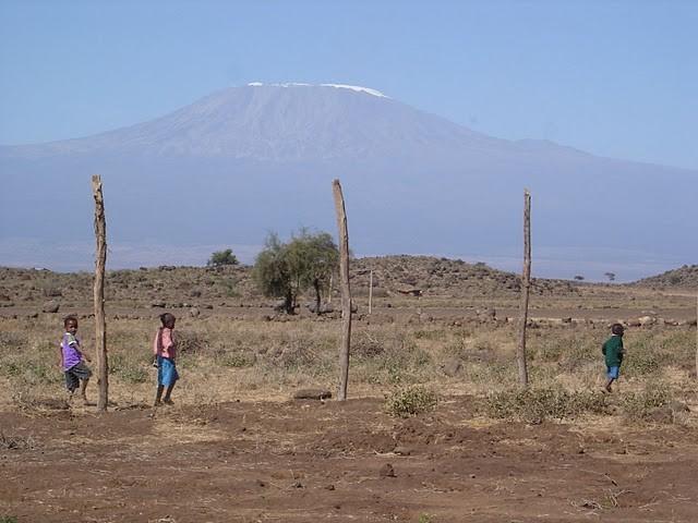 Kinder vor der Kulisse des Kilimanjaros