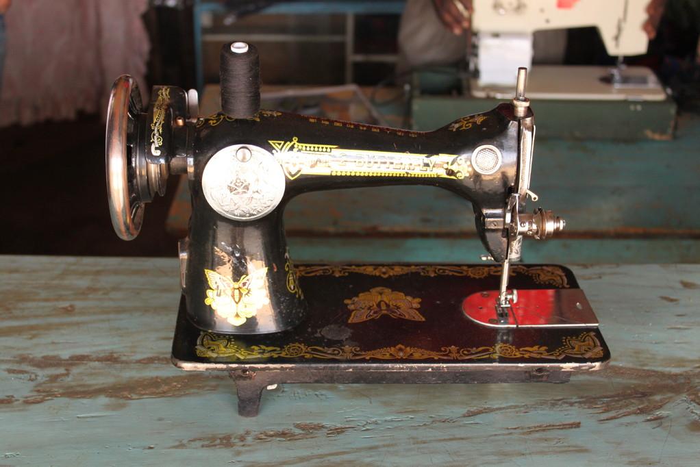 Auf solchen Nähmaschinen werden die Schuluniformen genäht