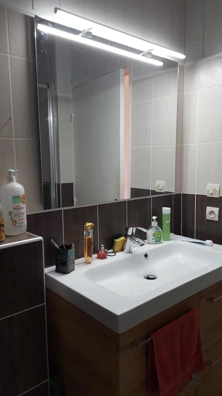 mise en place du meuble vasque, de son miroir et son bandeau lumineux