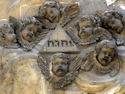 Eglise Notre Dame des Victoires à Paris - façade - avec le Tétragramme du Nom divin YHWH ou Yahvé ou Jéhovah