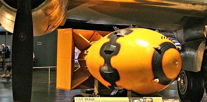 Les 2 bombes utilisées contre le Japon les 6 et 9 août 1945 : Little Boy à l'uranium 235 larguée à Hiroshima et Fat Man au plutonium 239 larguée à Nagasaki, sont les deuxième et troisième à avoir été construites et les seules déployées sur des populations