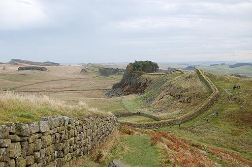 Antonin le Pieux (138-161) construit, en 142, le mur d'Antonin, une muraille du limes de Bretagne (Grande-Bretagne), en Ecosse, au nord du mur d'Hadrien. Justin Martyr de Naplouse (v110 – 165 en martyr) adresse la Grande apologie à Antonin le Pieux.