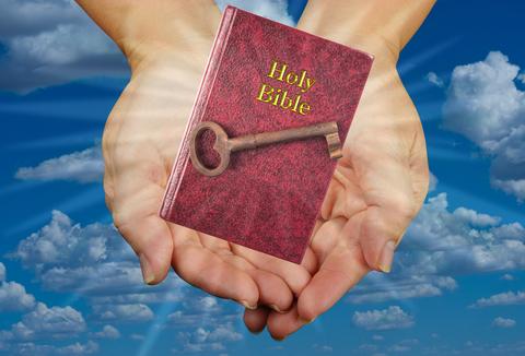 La clé du salut c'est de croire en Jésus-Christ et son sacrifice rédempteur pour l'humanité. Jésus est le seul moyen de salut pour les humains. Grâce à lui nous pouvons avoir la vie éternelle;