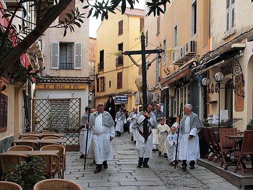Chemin de croix à Calvi en Corse. L'adoration de la croix est de l'idolâtrie.