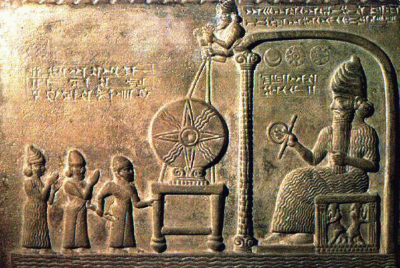 Bas-relief représentant le dieu Shamash faisant face au roi babylonien Nabû-apla-iddina (888-855 av. J.-C.) introduit par un prêtre et une divinité protectrice ; entre les deux, le disque solaire symbolisant le dieu. Shamash, dieu soleil de la justice.