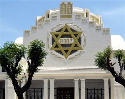 Grande synagogue de Tunis. Tétragramme au centre de l'étoile de David. De nombreux lieux ce culte et de monuments historiques témoignent du Tétragramme divin à travers le monde.
