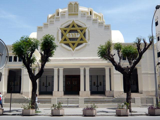 Le Tétragramme du Nom de Dieu - YHWH apparaît clairement sur la façade de la grande synagogue de Tunis.
