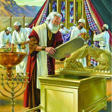 L'Arche de l'alliance – c'est un coffre d'acacia plaqué d'or pur. Son couvercle ou propitiatoire en or pur est décoré de deux chérubins sculptés en or. C'est de là que la voix de Dieu se fera entendre.