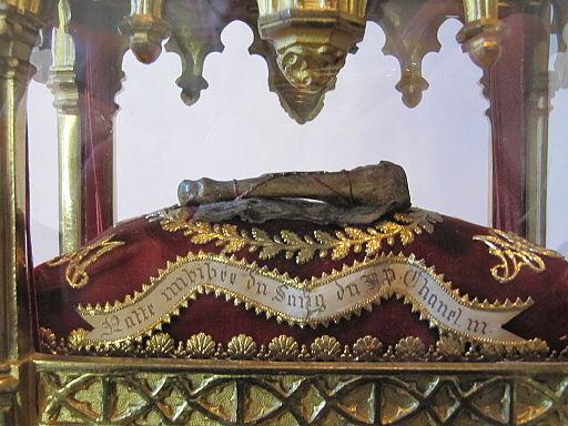 Une relique est un souvenir matériel d'une personne vénérée, honorée comme un saint. Une partie de son corps (ossements), un objet lui ayant appartenu (vêtement), une chose qu'elle a sanctifiée par son contact, mais aussi les instruments de son supplice.