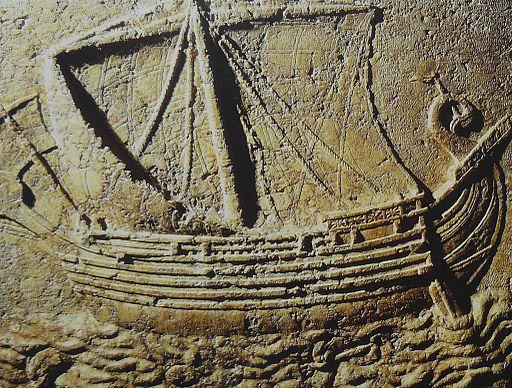 Des bateaux long-courriers transportaient tes marchandises. Tu étais au comble de la richesse et de la gloire, au cœur de la mer. Quand tes denrées sortaient des mers, tu rassasiais un grand nombre de peuples. Par l'abondance de tes biens, tu enrichissais
