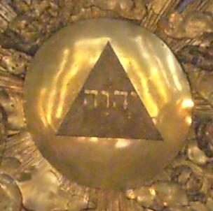 Tétragramme du Nom de Dieu: YHWH dans la chapelle du château de Versailles