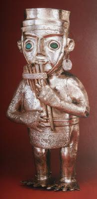 Illapa est le dieu de l'éclair, du tonnerre, de la pluie, de la grêle et des phénomènes météorologiques. Il est généralement représenté sous la forme d'un homme vêtu de vêtements brillants, tenant une lance dans une main et une fronde de l'autre.