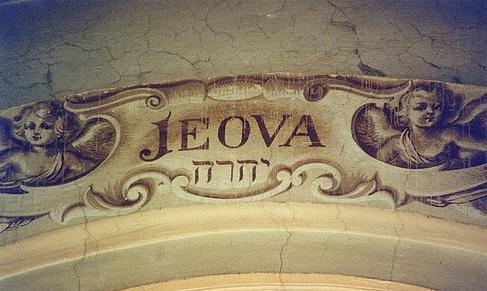Quel est le nom de Dieu ? YHWH traduit par Yahvé, Yahweh ou Jéhovah, selon les traductions. Ce nom signifie : « Je serai, je que je serai » ou « Je me révèlerai être ce que je me révèlerai être » ou encore « Je suis ce que je suis ».