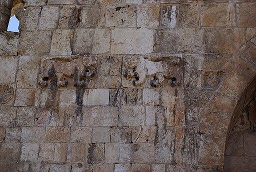 La tribu sacerdotale de Lévi qui n'a pas de territoire propre devait forcément donner son nom à l'une des portes de Jérusalem, la capitale de la théocratie ! Quant à Joseph, il représente ses deux fils Manassé et Ephraïm.