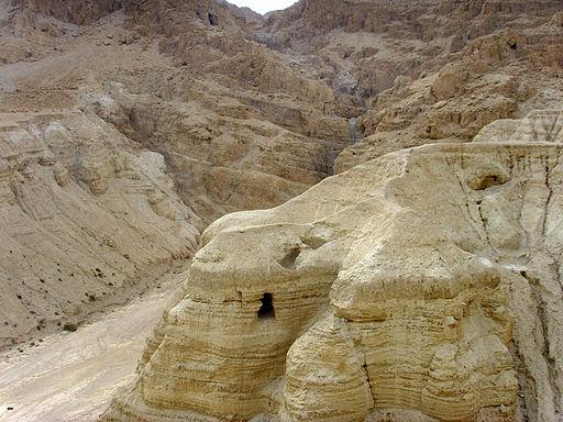 C'est à moins de 2 km de la mer Morte qu'ont été retrouvés les célèbres rouleaux de la mer Morte. La plupart sont vieux de plus de 2000 ans.