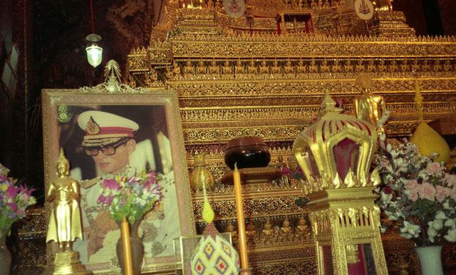 En Thaïlande le roi Bhumibol Adulyadej (Rama IX ) qui a passé 70 ans sur le trône, jusqu'en 2016, était vénéré à travers le pays, sa photo ominiprésente dans chaque temple encourageait le culte de la personnalité. Le roi est considéré comme sacré.