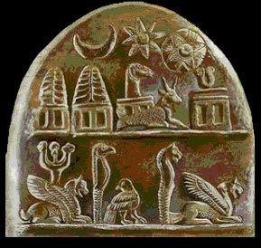 Le panthéon babylonien compte également plusieurs triades de dieux. La célèbre triade Shamash (dieu soleil), Sin (dieu lune) et Ishtar. Les Babyloniens ont également des triades de démons comme celle de Labartou, Labasou et Akhkhazou.