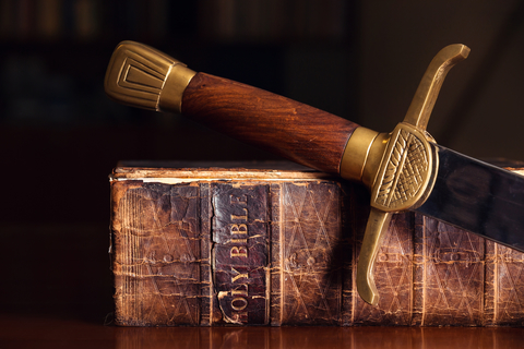 Jésus, le juge de la Terre va frapper les nations avec l'épée de sa bouche. L'église de Pergame devait se repentir sinon Jésus viendrait les combattre avec l'épée de sa bouche. De sa bouche sort une épée aiguë à 2 tranchants.