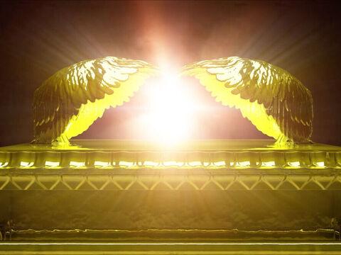 Dans le livre de l'Apocalypse, de nombreux symboles très importants sont en or : l'autel devant le trône, les 7 chandeliers, les couronnes des 24 anciens dans le ciel, la ceinture de Jésus glorifié, les couronnes des sauterelles, la Jérusalem céleste...
