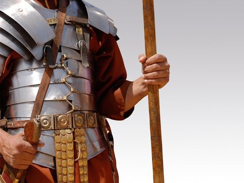 Le fer, métal dur, caractérise parfaitement la puissante de Rome dont l'armée est réputée implacable et invincible. L'armée romaine compte 35'0000 hommes sous le règne d'Auguste.