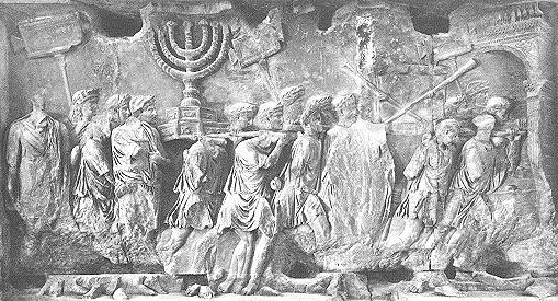Vespasien et Titus sont triomphalement acclamés à Rome. Des prisonniers Juifs entourés de soldats romains portant la Ménorah et l'ensemble du butin tiré du pillage de Jérusalem et de son Temple.