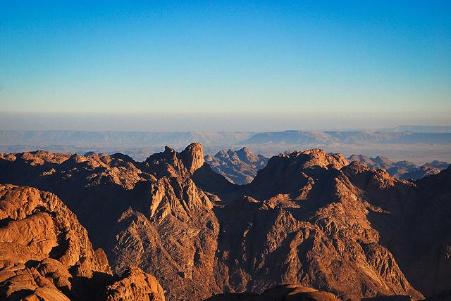 Jéhovah Dieu a choisi la montagne du désert du Sinaï pour y manifester sa présence et pour communiquer, la première fois, avec son peuple Israël qui venait de traverser la mer rouge. Le mont de Sinaï était tout fumant, parce que Jéhovah y était descendu.
