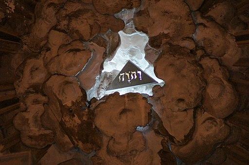 Le Tétragramme du nom de Dieu en hébreu dans une église française de La Roche-sur-Yon