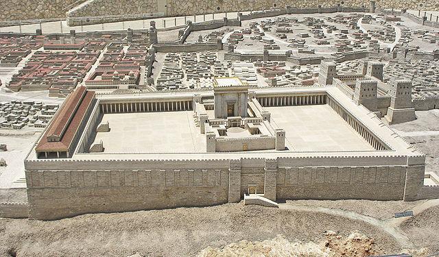 Les deux premiers Temples de Jérusalem, construits par Salomon (959 av J-C) et Zorobabel (517 av J-C), possédaient deux parvis : le parvis intérieur des prêtres et le grand parvis extérieur pour le peuple.