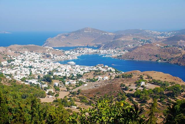Patmos est appelée la Jérusalem de la mer Egée. L'apôtre Jean y a été exilé en l'an 95 par l'empereur romain Domitien. Il y reçoit la révélation de l'Apocalypse de la part de Jésus.