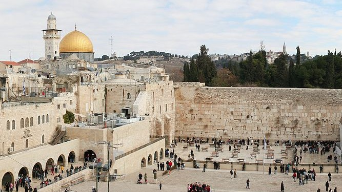 Mur des Lamentations à Jérusalem. Vénérer un lieu, aussi important soit-il, c'est tomber dans l'idolâtrie. C'est adorer la création plutôt que le créateur. Les humains ne devraient jamais vénérer des lieux, s'y prosterner, même les plus grandioses!