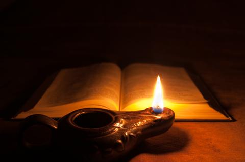 L'huile symbolise l'esprit saint que Dieu donne à ceux qui le lui demandent et qui leur permet de comprendre le dessein divin. Cet esprit saint est comme une lumière qui éclaire notre compréhension et affine notre discernement, guidant ainsi nos pas.