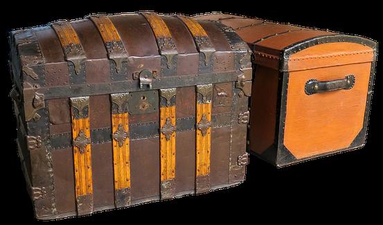 Tyr rapportait diverses marchandises de grande valeur : or, pierres précieuses, rubis, corail, escarboucles, argent, fer, fer forgé, étain, plomb, objets en bronze, cornes d'ivoire, ébène, pourpre, broderies, du fin lin, de la laine blanche, des tapis...
