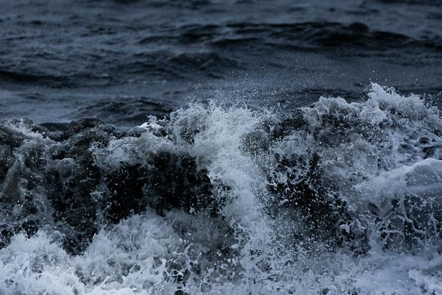 D'un point de vue symbolique, la mer, caractérisée par le mouvement, l'instabilité, l'agitation, le déferlement des vagues, représente, dans la Bible, les multitudes composées de nombreux peuples, foules, nations, tribus, langues, opposés à Dieu.
