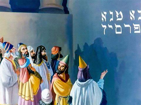 Le roi babylonien fait venir les astrologues, prêtres chaldéens et devins. Tous ces sages de Babylone se révèlent totalement incapables de lire l'inscription et d'en faire connaître l'explication au roi. Seul le prophète Daniel peut interpréter le message