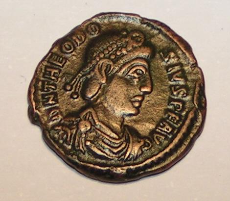 En 394, Théodose règne à la fois sur l'Orient et sur l'Occident après avoir intrigué et éliminé ses rivaux. A sa mort, en 395, son empire est partagé entre ses deux fils Arcadius qui règnera sur l'orient et Honorius qui règnera sur l'occident.