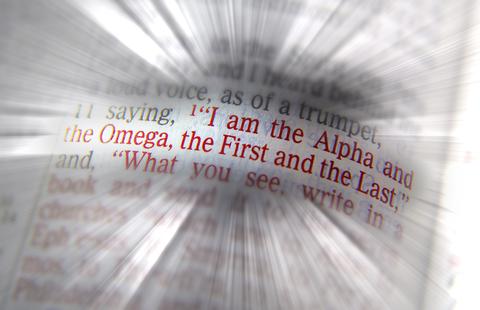 Je suis l'Alpha et l'Oméga, le premier et le dernier, le commencement et la fin. Jésus a été le premier à ressusciter pour vivre dans les cieux en tant que Roi du Royaume céleste et à ouvrir la voie pour la résurrection menant à la vie éternelle.