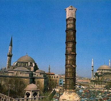 En 328, il érige une colonne à Constantinople (Istanbul) Sur la colonne se trouvait à l'origine une statue de Constantin représenté comme le dieu Soleil, Sol Invictus, alors que l'inscription du socle dédie la ville au Christ. Syncrétisme religieux.