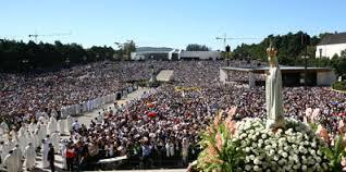 Pèlerinage à Fatima, idolâtrie, des millions de fidèles se prosternent devant les statues.